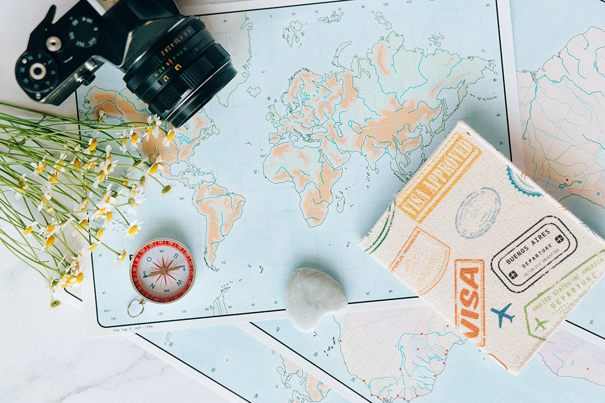mapa, fotoaparat, pasos, kompas, letnja putovanja evropske metropole i daleke destinacije