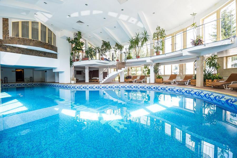 Organizator: BRAVOTOURS Leskovac – Licenca OTP 223 od 11.02.2010. god. BUGARSKA ZIMA 2018/2019. HOTEL SNEZHANKA 3* Lokacija: 120 m od centra i 1,5 km od gondole. Sadržaj hotela: recepcija, sef uz doplatu, lobi bar, WI-FI, menjačnica, bazen -zatvoren, sauna, džakuzi, tursko kupatilo, frizerski salon, bilijar sala, stoni tenis,dečija igraonica, skijarnica – bez doplate , parking /bez doplate/, sala za konferencije, prodavnica, diskoteka Hotel raspolaže dvokrevetnim sobama i apartamnima sa jednom ili dve spavaće sobe. 1/2 soba: 2 standardna ležaja, forelja na razvlačenje, TV, mini bar, WI-FI, telefon, fen, bade-mantil uz doplatu, peškiri, NAPOMENA: samo 17 soba ima terasu. APP sa jednom spavaćom sobom: dnevna soba sa sofom na razvlačenje, WI-FI, telefon, odvojena spavaća soba sa francuskim ležajem, komletno opremljena kuhinja, kupatilo, fen, terasa. APP sa dve spavaće sobe: dnevna soba sa sofom na razvlačenje, fotelja na razvlačenje, WI-FI, telefon, dve odvojene spavaće sobe sa francuskim ležajem ili dva standardna ležaja, komletno opremljena kuhinja, kupatilo, fen, terasa.